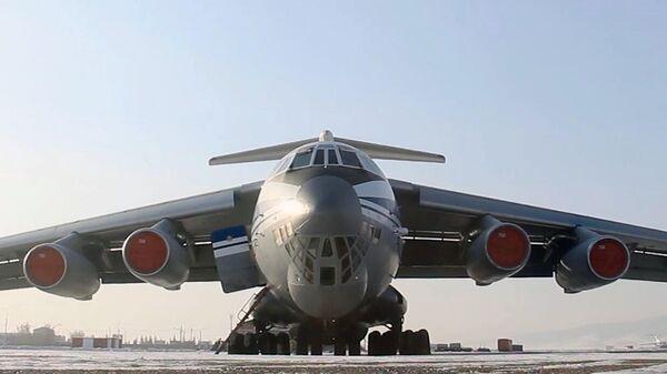 Самолет ВКС России Ил-76 МД перед вылетом из международного аэропорта Байкал в Улан-Удэ в Китай для эвакуации российских граждан из провинции Хубэй