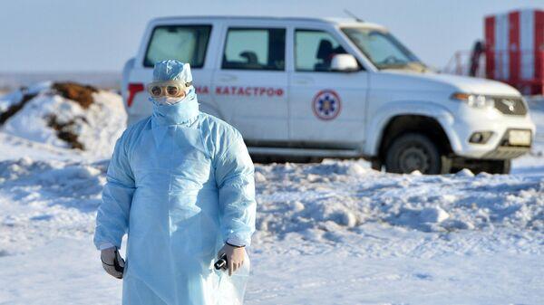 Медицинский работник во время учений по проведению медицинской эвакуации пациентов с симптомами коронавируса в Челябинске