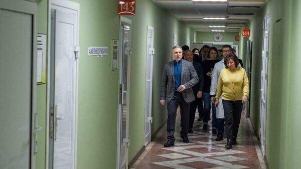 Губернатор Тюменской области Александр Моор осматривает лечебно-реабилитационный центр Градостроитель
