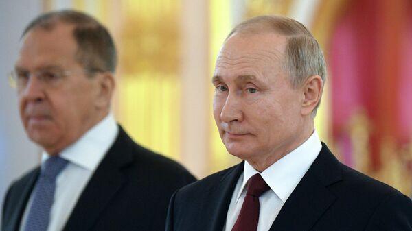 Президент РФ Владимир Путин и министр иностранных дел РФ Сергей Лавров на церемонии вручения верительных грамот вновь прибывших послов иностранных государств