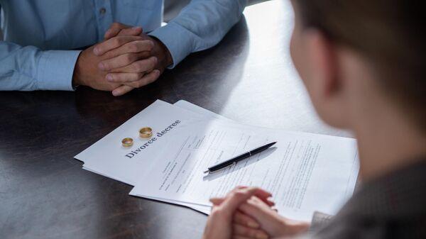 Пара оформляет документы на развод