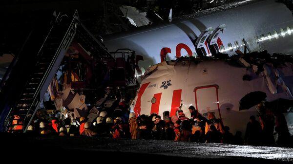 Самолет Boeing-737 авиакомпании Pegasus после жесткой посадки в Международном аэропорту имени Сабихи Гекчен в Стамбуле