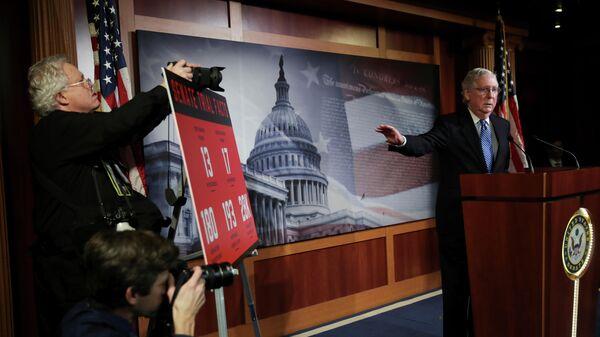 Сенатор Митч Макконнелл беседует с журналистами после того, как сенат проголосовал за оправдание  президента США Дональда Трампа в деле по импичменту. Вашингтон, США. 5 февраля 2020