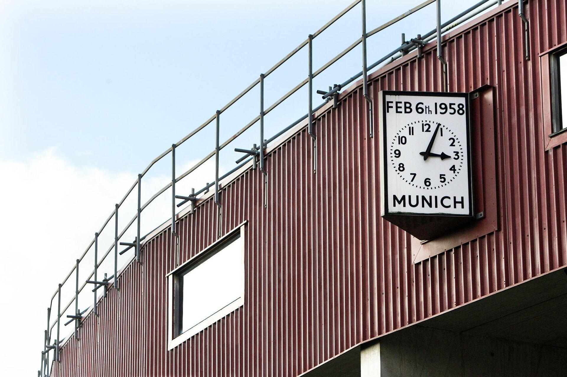 Часы с точным временем авиакатастрофы, в которой погибла част команды Манчестер Юнайтед - РИА Новости, 1920, 06.02.2020