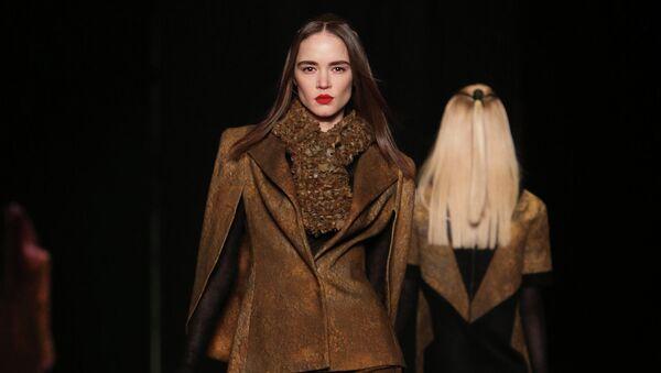 Модели демонстрируют одежду из коллекции дизайнера Марии Кравцовой в рамках недели моды Mercedes-Benz Fashion Week Russia