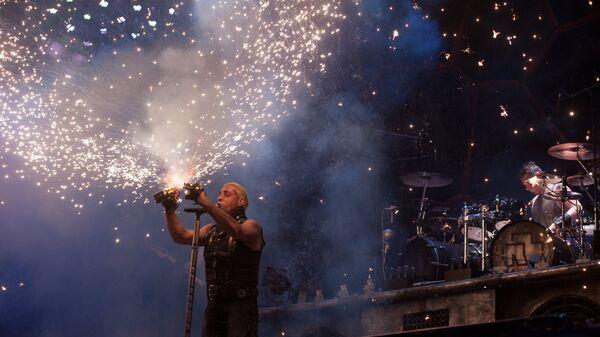 Солист немецкой группы Rammstein Тиль Линдеманн выступает на фестивале Рок над Волгой