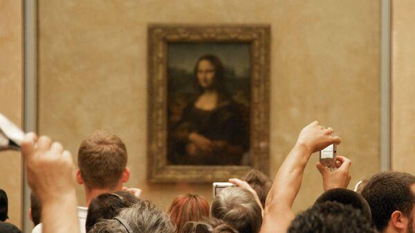 Картина Леонардо Да Винчи Портрет госпожи Лизы Джокондо (1503—1519) в крупнейшем музее мира, Лувре. Париж