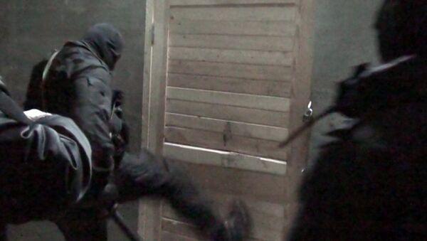 Оперативники штурмуют подпольную швейную фабрику в Подмосковье