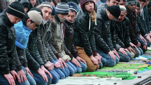 Мусульмане в день праздника жертвоприношения Курбан-Байрам. Архивное фото