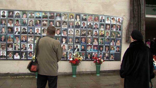 Москвичи возложили цветы к фотографиям погибших на Норд-Осте