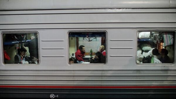 Пассажиры в плацкартном вагоне поезда
