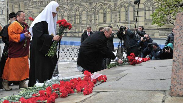 В.Путин возложил цветы к памятнику К.Минину и Д.Пожарскому
