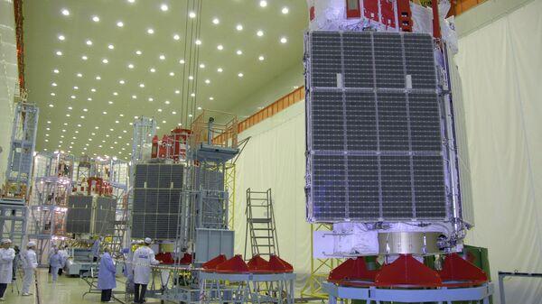 Сборка трех космических аппаратов Глонасс