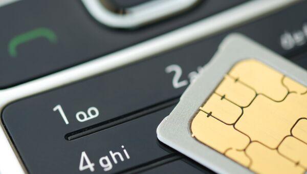 SIM-карта и мобильный телефон. Архивное фото