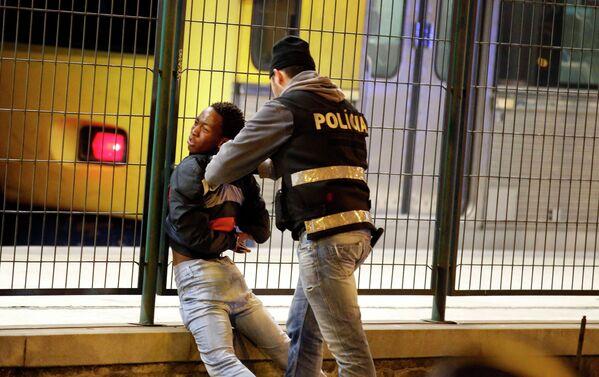 Полицейский арестовывает участника забастовки в Лиссабоне, Португалия