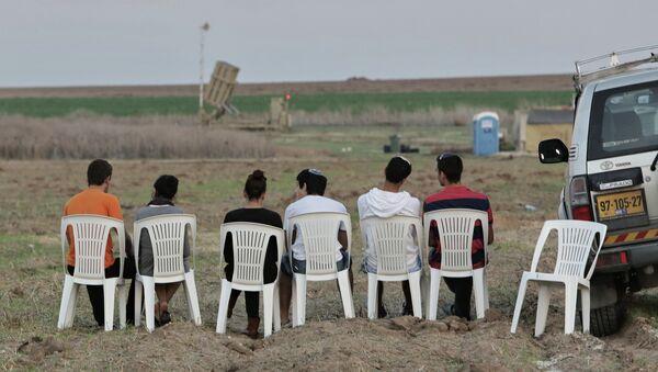 Жители Ашкелона в ожидании залпа ракетного комплекса Железный купол. Архивное фото