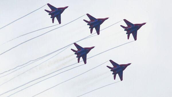Полет авиационной группы. Архивное фото