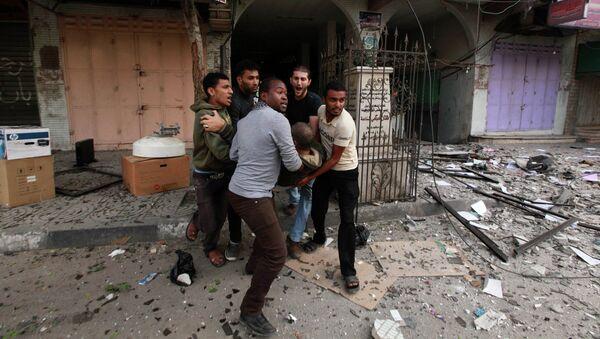 Эвакуация пострадавших после авиаудара ВВС Израиля по высотному зданию в Газе с офисами СМИ