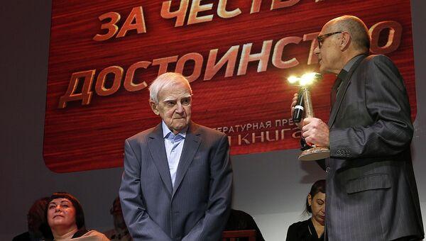 Писатель, автор романа Мой лейтенант Даниил Гранин (слева) и президент Российской государственной библиотеки Виктор Федоров