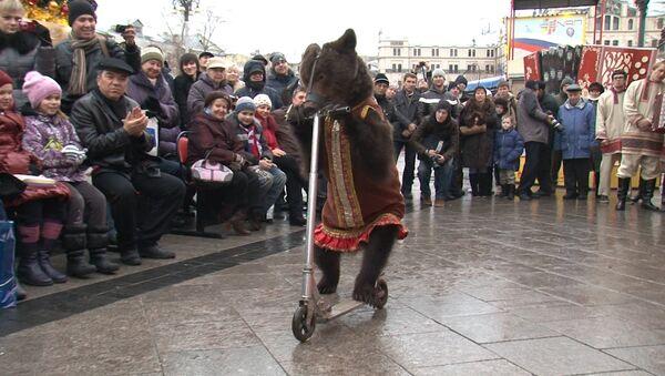 Медведь в нарядном платье катался на самокате на фестивале Русская зима