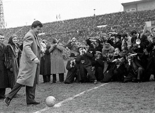 Жерар Филип на футбольном матче Франция-СССР