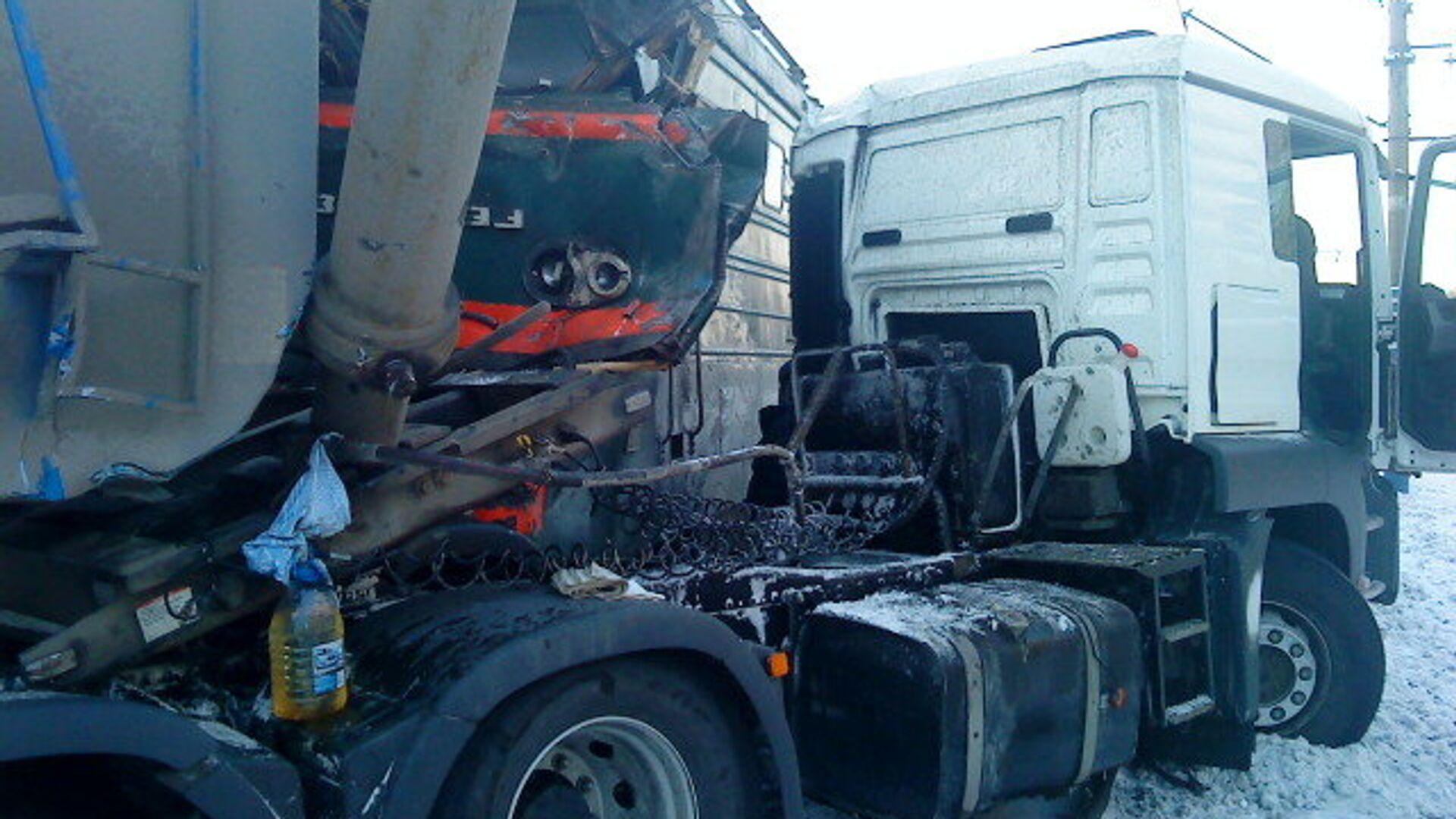 В Свердловской области локомотив столкнулся с автомобилем