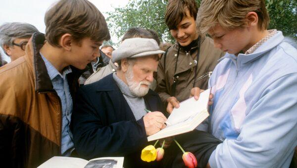 Писатель Василий Белов раздает автографы