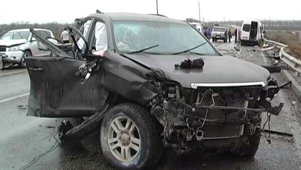 Смятые машины с выбитыми стеклами разбросало после ДТП по дороге