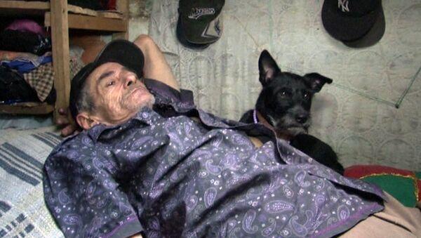 Мужчина с семьей живет в канализации и мечтает об отпуске на Карибах