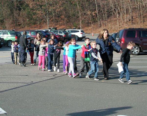 Детей эвакуируют из школы в Коннектикуте после стрельбы