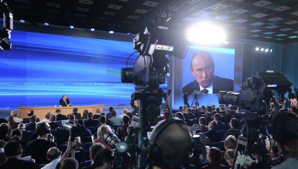 Президент России Владимир Путин на большой ежегодной пресс-конференции в Центре международной торговли на Красной Пресне