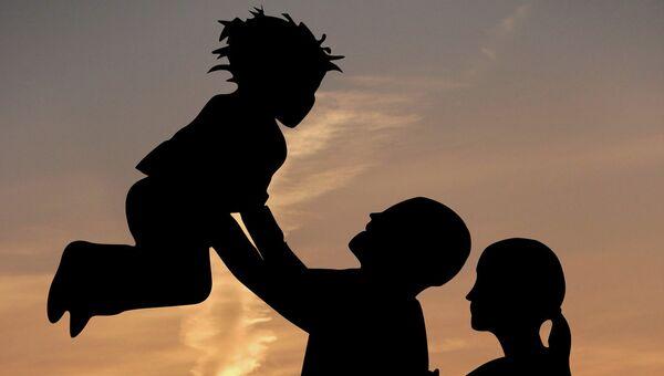 Родители с ребенком. Архивное фото