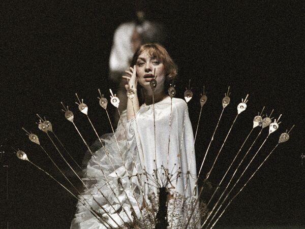 Артистка Шанина в сцене из спектакля Юнона и Авось