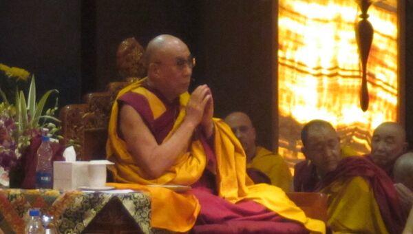 Далай-лама во время чтения «Сутры сердца» вместе с паломниками из России