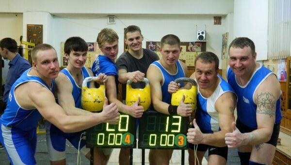Томские гиревики провели флешмоб и подняли пудовые гири 2013 раз
