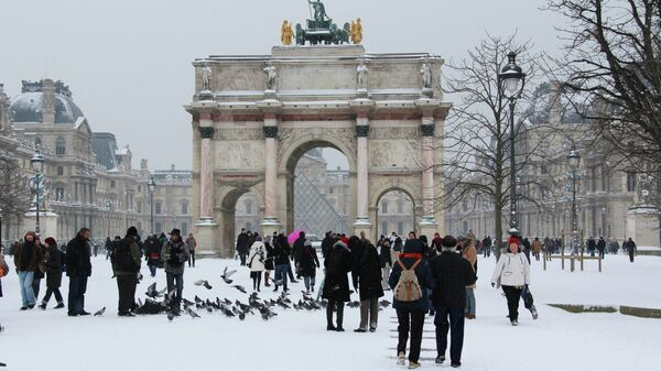 Карусельная арка перед Лувром в Париже