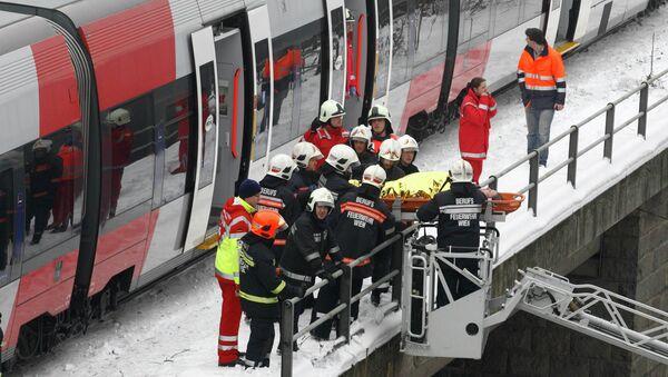 Эвакуация пострадавших на месте столкновения электричек в Вене