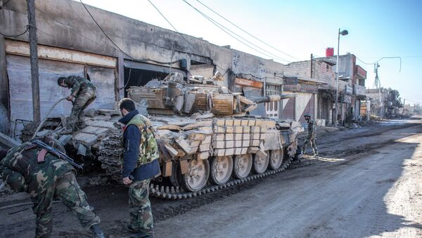 Военнослужащие сирийской армии ремонтируют танк
