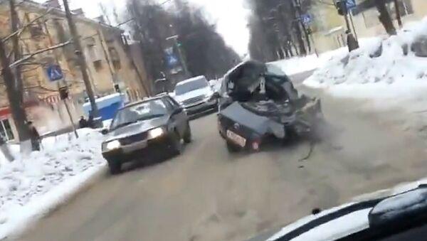 Водитель на разломившейся пополам машине скрывался от полиции после ДТП