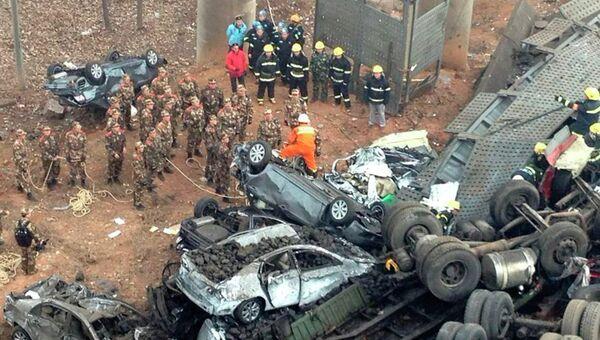 На месте взрыва фуры с петардами в провинции Хэнань, в результате которого обрушился мост над рекой Ичан