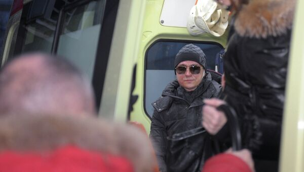 Сергей Филин садится в автомобиль скорой помощи после выписки из 36-й клинической больницы