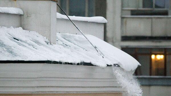 Падение снега с крыши дома. Архив