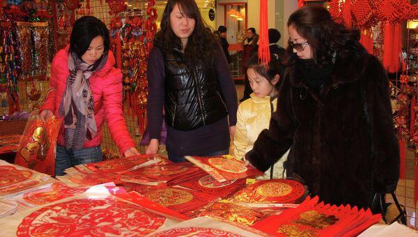 Покупатели в китайском магазине