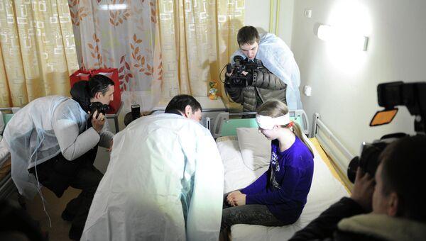 Губернатор Челябинской области (в центре) разговаривает с девочкой, пострадавшей при падении метеорита