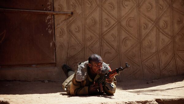 Малийский солдат стреляет из АК-47 на севере страны. Архивное фото.