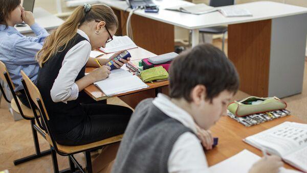 Школьники за партами, архивное фото