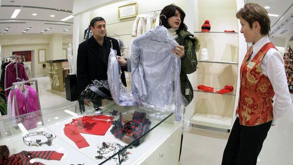 Родители выбирают одежду ребенку в Детской Галерее «Якиманка»