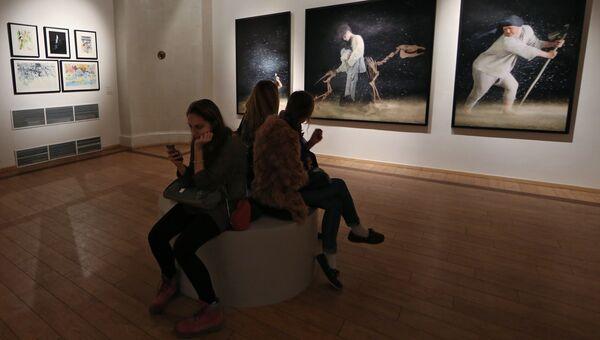 Посетители на выставке Сны для тех, кто бодрствует