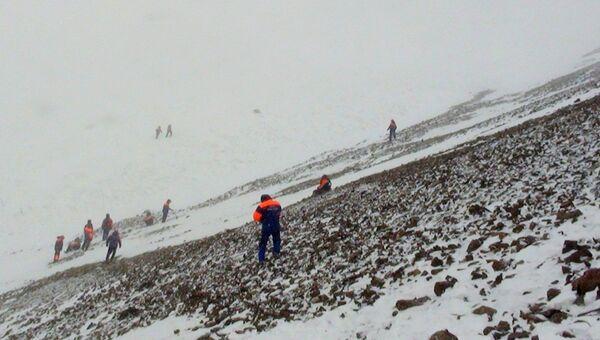 Спасатели продолжают поиски детей, попавших под лавину в Туве