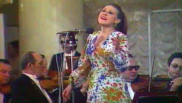 Стоят девчонки, Школьный вальс и другие известные песни Марии Пахоменко